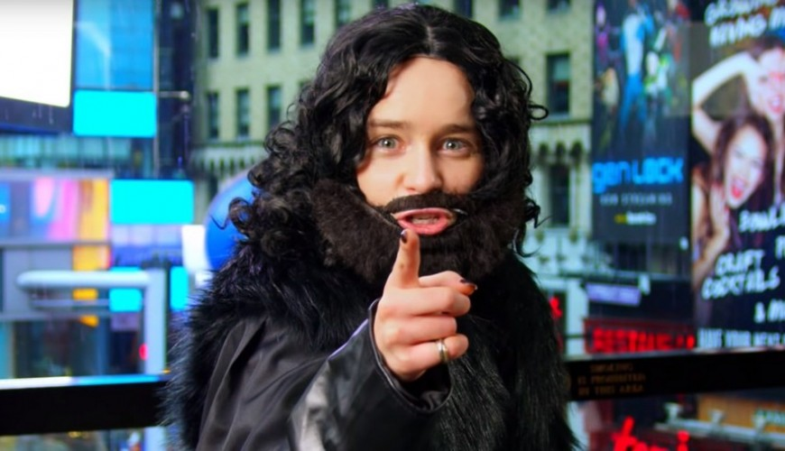Game of Thrones – Emilia Clarke se fantasia de Jon Snow para interagir com os fãs em Nova York