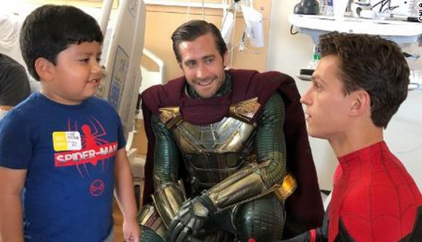 Tom Holland, Jake Gyllenhaal e Zendaya visitam hospital infantil. Veja o vídeo